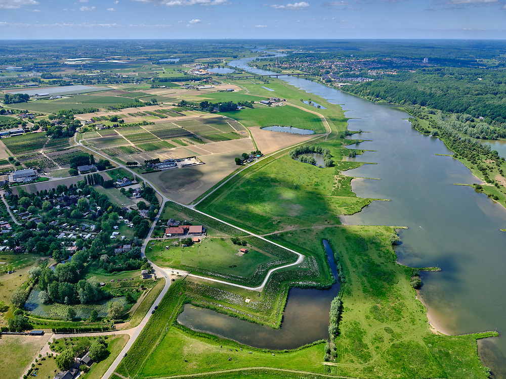Nederland, Gelderland, Opheusden; 27-05-2020; splitsing Marsdijk en Rijnbandijk, tussen Kesteren en Opheusden met historisch verdedigingswerk Werk aan de Spees, onderdeel van de Betuwestelling. Zicht op de Grebbeberg (aan de overzijde van de Nederrijn). Het buitendijkse deel van het Hoornwerk is deels hersteld, de gracht is weer zichtbaar.<br /> Between Kesteren and Opheusden, historical defenses Werk aan de Spees, part of the Betuwestelling. View on the Grebbeberg (on the other side of the Lower Rhine). The outer dike part of the Hoornwerk has been partly restored, the canal is visible again.<br /> <br /> luchtfoto (toeslag op standaard tarieven);<br /> aerial photo (additional fee required)<br /> copyright © 2020 foto/photo Siebe Swart