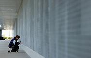 Deutschland, DEU, Berlin, 2002: Ein Besucher mit Hund beobachtet eine Katze durch die vergitterte Front des Katzenhauses. Das Berliner Tierheim ist das groesste und modernste auf der Welt. | Germany, DEU, Berlin, 2002: Visitor with dog observing a cat from the latticed outside front of a cat house. World's biggest and most modern animal shelter in Berlin. |