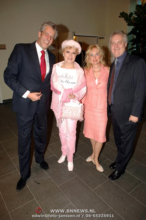 NLD/Amsterdam/20061002 - Pink Ribbon gala 2006, Jaap Rijnbende, Juliette Vossen en vriendin, Henk Verhoeven