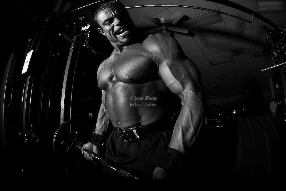 IFBB Pro Bodybuilder Daniel Hill doing barbell bicep curls