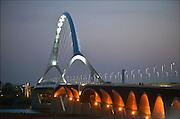 Nederland, Nijmegen, Oosterhout, 9-9-2015 De tweede stadsbrug, brug,  de oversteek, gebouwd door de aannemers BAM Civiel B.V. en Max Bogl Nederland B.V. Die verbindt de vinexwijk in Lent en Oosterhout met de stad. Een kunstwerk, ter herdenking aan 48 bij the crossing op 20 september 1944 gesneuvelde soldaten, over de brug  vormen de straatlantaarns op de brug. Iedere avond lopen veteranen mee met de achtenveertig paren aanspringende lampen.Foto: Flip Franssen/Hollandse Hoogte