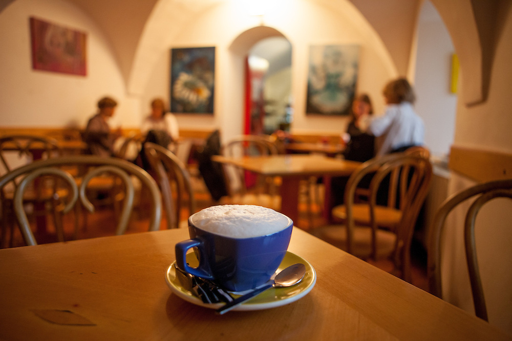 Milch Kaffee im Literatur Cafe Tynska in der Retezova Strasse.