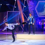 NLD/Hilversum/20130119 - 4e Liveshow Sterren Dansen op het IJs 2013, Gerard Joling met op de voorgrond Joel Geleynse