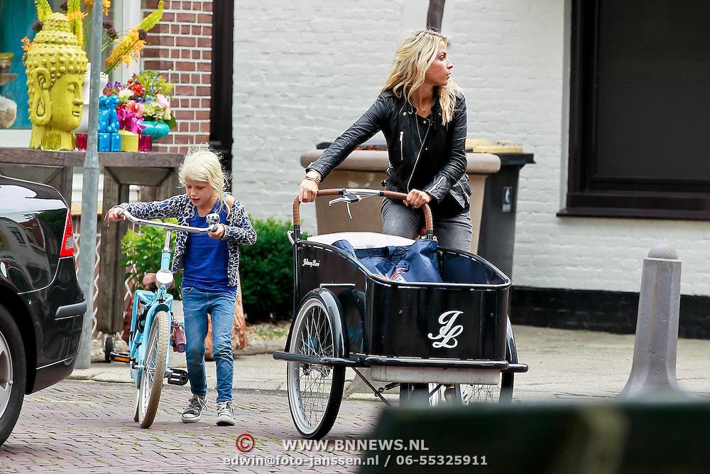NLD/Laren/20110708 - Vivianne Reijs en haar dochter Day op de fiets in Laren NH