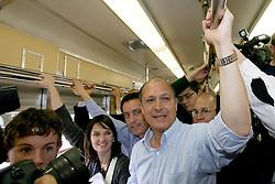 """Porto Alegre - RS, 28/07/2006; O candidato a Presidência da República, Geraldo Alckmin acompanhado da candidata ao governo do Estado do RS, Yeda Crusius, pela coligação """" Rio Grande Afirmativo"""" usam o metrô para viajarem de Canoas a Porto Alegre. FOTO: JEFFERSON BERNARDES/PREVIEW.COM"""