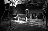 Questo è ciò che ne rimane della sala del cinema Massimo di Lizzano (Ta). Un cinema abbandonato risalente agli anni 30. Il tempo ha rovinato l'intera struttura ma parte degli oggetti sono rimasti, come ad esempio le sedie della sala dove il pubblico si sedeva per godersi la proiezione del film.