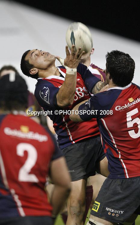 Lualua Vailoaloa from Tasman, catches the high ball. Tasman v Southland. Air New Zealand Cup rugby match. Lansdowne Park, Blenheim. Friday 19 September 2008. Photo: PHOTOSPORT