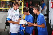 DESCRIZIONE : Cagliari Torneo Internazionale Sardegna a canestro Italia Estonia <br /> GIOCATORE : Giuseppe Poeta Tifosi Autografi <br /> SQUADRA : Nazionale Italia Uomini Italy <br /> EVENTO : Raduno Collegiale Nazionale Maschile <br /> GARA : Italia Estonia Italy Estonia <br /> DATA : 13/08/2008 <br /> CATEGORIA : <br /> SPORT : Pallacanestro <br /> AUTORE : Agenzia Ciamillo-Castoria/S.Silvestri <br /> Galleria : Fip Nazionali 2008 <br /> Fotonotizia : Cagliari Torneo Internazionale Sardegna a canestro Italia Estonia <br /> Predefinita :