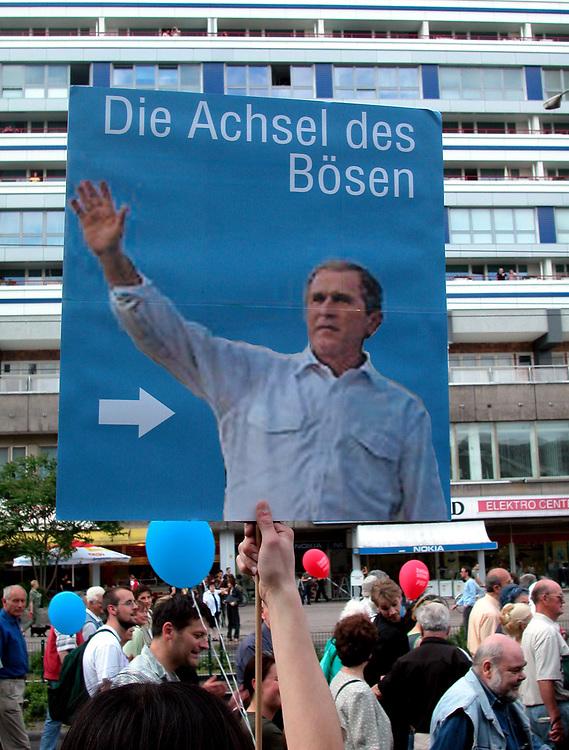 BERLIN &gt; Besuch des Amerikanischen Pr&auml;sidenten<br /> George W. Bush in der deutschen Hauptstadt v.<br /> 22.bis 23.05.2002.<br /> HIER : Friedensdemonstration gegen die Politik von<br /> George W. Bush<br /> &quot; Die Achsel des B&ouml;sen &quot;<br /> 22.05.2002<br /> copyright &gt; jungeblodt.com