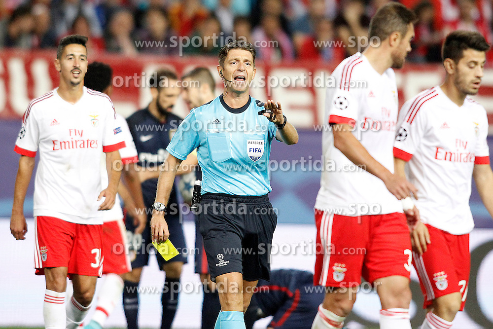 30.09.2015, Estadio Vicente Calderon, Madrid, ESP, UEFA CL, Atletico Madrid vs Benfica Lissabon, Gruppe C, im Bild Italian referee Gianluca Rocchi have words with SL Benfica's players // during UEFA Champions League group C match between Borussia Moenchengladbach and Manchester City at the Estadio Vicente Calderon in Madrid, Spain on 2015/09/30. EXPA Pictures &copy; 2015, PhotoCredit: EXPA/ Alterphotos/ Acero<br /> <br /> *****ATTENTION - OUT of ESP, SUI*****