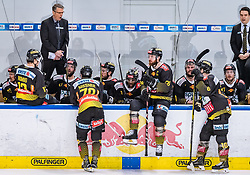 09.04.2019, Eisarena, Salzburg, AUT, EBEL, EC Red Bull Salzburg vs Vienna Capitals, Halbfinale, 6. Spiel, im Bild Headcoach Dave Cameron (Vienna Capitals) und Spieler // during the Erste Bank Icehockey 6th semifinal match between EC Red Bull Salzburg vs Vienna Capitals at the Eisarena in Salzburg, Austria on 2019/04/09. EXPA Pictures © 2019, PhotoCredit: EXPA/ JFK