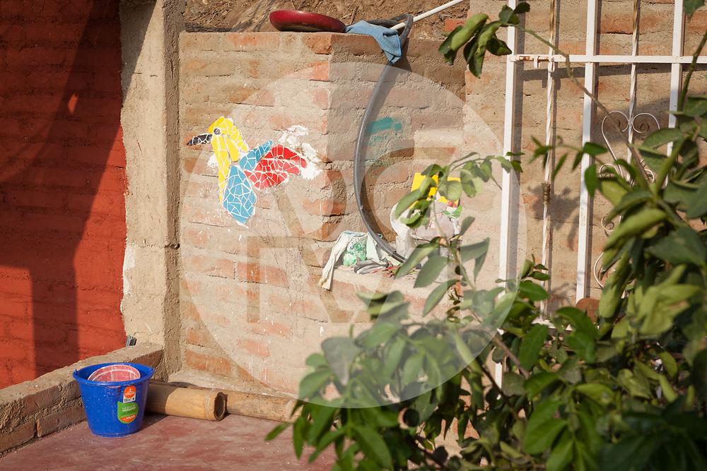 KOLUMBIEN - TAGANGA - Mosaik eines Vogels auf der Baustelle von Hostel Casa Horizonte - 24. März 2014 © Raphael Hünerfauth - http://huenerfauth.ch