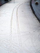 Nowosibirsk/Russische Foederation, RUS, 19.11.07: Autospuren am im Schnee an der Stadtautobahn im Zentrum der sibirischen Hauptstadt Nowosibirsk...Novosibirsk/Russian Federation, RUS, 19.11.07: Car tracks in the snow beside the city highway in the center of the Siberian capital city Novosibirsk.