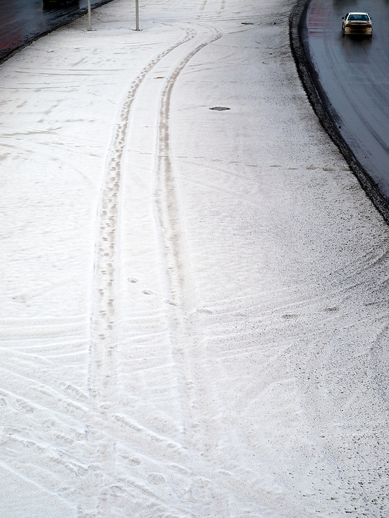 Nowosibirsk/Russische Foederation, RUS, 19.11.07: Autospuren am im Schnee an der Stadtautobahn im Zentrum der sibirischen Hauptstadt Nowosibirsk...Novosibirsk/Russian Federation, RUS, 19.11.07: Car tracks in the snow beside the city highway in the center of the Siberian capital city Novosibirsk.