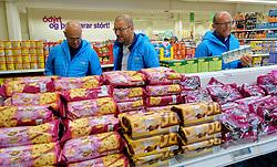 05-07-2014 NED: Iceland Diabetes Challenge dag 1, Landmannalaugar <br /> Vandaag ging de challenge van start. Met een bus gingen we van Vogar naar Landmannalaugar en zagen we de eerste tekenen van het prachtige landschap van IJsland / Andre, Harold, Wim