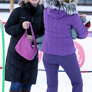 AUT/Lech/20080210 - Fotosessie Nederlandse Koninklijke familie in lech Oostenrijk, prinses Maxima en een van de kou huilende Ariane probeert samen met het kindermeisje haar te kalmeren