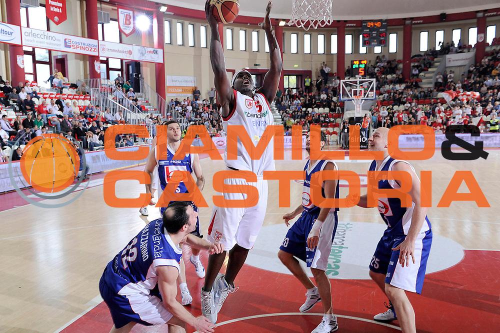 DESCRIZIONE : Teramo Lega A 2011-12 Banca Tercas Teramo Bennet Cantu<br /> GIOCATORE : Brandon Brown<br /> CATEGORIA : tiro penetrazione<br /> SQUADRA : Banca Tercas Teramo<br /> EVENTO : Campionato Lega A 2011-2012<br /> GARA : Banca Tercas Teramo Bennet Cantu<br /> DATA : 31/03/2012<br /> SPORT : Pallacanestro<br /> AUTORE : Agenzia Ciamillo-Castoria/C.De Massis<br /> Galleria : Lega Basket A 2011-2012<br /> Fotonotizia : Teramo Lega A 2011-12 Banca Tercas Teramo Bennet Cantu<br /> Predefinita :