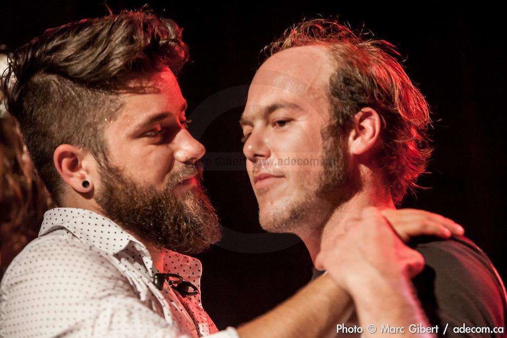 Marc Déry et le batteur durant une des chansons d'Alex Nevsky sur l'amour  à  Théâtre de la Vieille Forge / Petite Vallée / Gaspésie, Quebec / Canada / 2014-07-01, Photo © Marc Gibert / adecom.ca