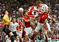 Fotball<br /> England 2005/2006<br /> Foto: Gepa/Digitalsport<br /> NORWAY ONLY<br /> <br /> World Cup Qualifier<br /> England v Austria<br /> 8th October, 2005<br /> Jürgen Macho, Paul Scharner (AUT) und Peter Crouch (ENG)