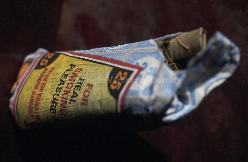 """Livre """"Parfums de l'Inde"""", p.72...Les beedies sont les cigarettes bon marché, faites d'une seule feuille de tabac roulée sur elle-même, que l'on fume en Inde...Livre """"Parfums de l'Inde"""", p.72...Les beedies sont les cigarettes bon marché, faites d'une seule feuille de tabac roulée sur elle-même, que l'on fume en Inde."""