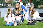 Het koninklijk gezin maakt een vaartocht over de Kagerplassen en poseert op de kade tijdens de jaarlijkse zomerfotosessie.<br /> <br /> The royal family makes a cruise on the Kagerplassen and pose on the quay during the annual summer photography session.<br /> <br /> Op de foto / On the photo:   prinses Amalia, prinses Ariane en prinses Alexia <br /> <br /> Princess Amalia, Princess Ariane and Princess Alexia