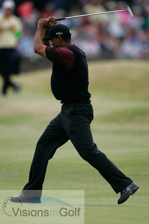 Tiger Woods misses a putt on the 1st green<br />