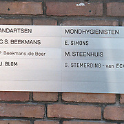 Bord tandarts Beekmans Laren Schoutenbosje 11, tandarts van Beatrix