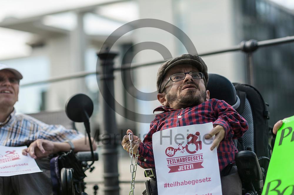 Der Aktivist Raul Krauthausen h&auml;lt w&auml;hrend der Protestaktion zum Teilhabegesetz am 11.05.2016 in Berlin, Deutschland ein Flugblatt mit der Aufschrift &quot;Teilhabergesetz jetzt&quot; in der Hand. Ca 40 Menschen mit Behinderung haben sich im Regierungsviertel angekettet um vor der geplanten Abstimmung im Bundestag &uuml;ber f&uuml;r ihre Rechte zu demonstrieren. Foto: Markus Heine / heineimaging<br /> <br /> ------------------------------<br /> <br /> Ver&ouml;ffentlichung nur mit Fotografennennung, sowie gegen Honorar und Belegexemplar.<br /> <br /> Bankverbindung:<br /> IBAN: DE65660908000004437497<br /> BIC CODE: GENODE61BBB<br /> Badische Beamten Bank Karlsruhe<br /> <br /> USt-IdNr: DE291853306<br /> <br /> Please note:<br /> All rights reserved! Don't publish without copyright!<br /> <br /> Stand: 05.2016<br /> <br /> ------------------------------w&auml;hrend der Protestaktion zum Teilhabegesetz am 11.05.2016 in Berlin, Deutschland. Ca 40 Menschen mit Behinderung haben sich im Regierungsviertel angekettet um vor der geplanten Abstimmung im Bundestag &uuml;ber f&uuml;r ihre Rechte zu demonstrieren. Foto: Markus Heine / heineimaging<br /> <br /> ------------------------------<br /> <br /> Ver&ouml;ffentlichung nur mit Fotografennennung, sowie gegen Honorar und Belegexemplar.<br /> <br /> Bankverbindung:<br /> IBAN: DE65660908000004437497<br /> BIC CODE: GENODE61BBB<br /> Badische Beamten Bank Karlsruhe<br /> <br /> USt-IdNr: DE291853306<br /> <br /> Please note:<br /> All rights reserved! Don't publish without copyright!<br /> <br /> Stand: 05.2016<br /> <br /> ------------------------------
