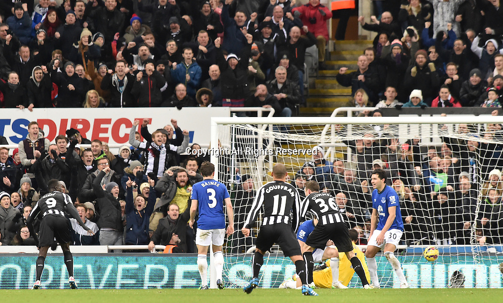 28.12.2014. Newcastle, England. Premier League. Newcastle versus Everton.  Strike by Papiss Cisse of Newcastle finds the goal making it 1-1