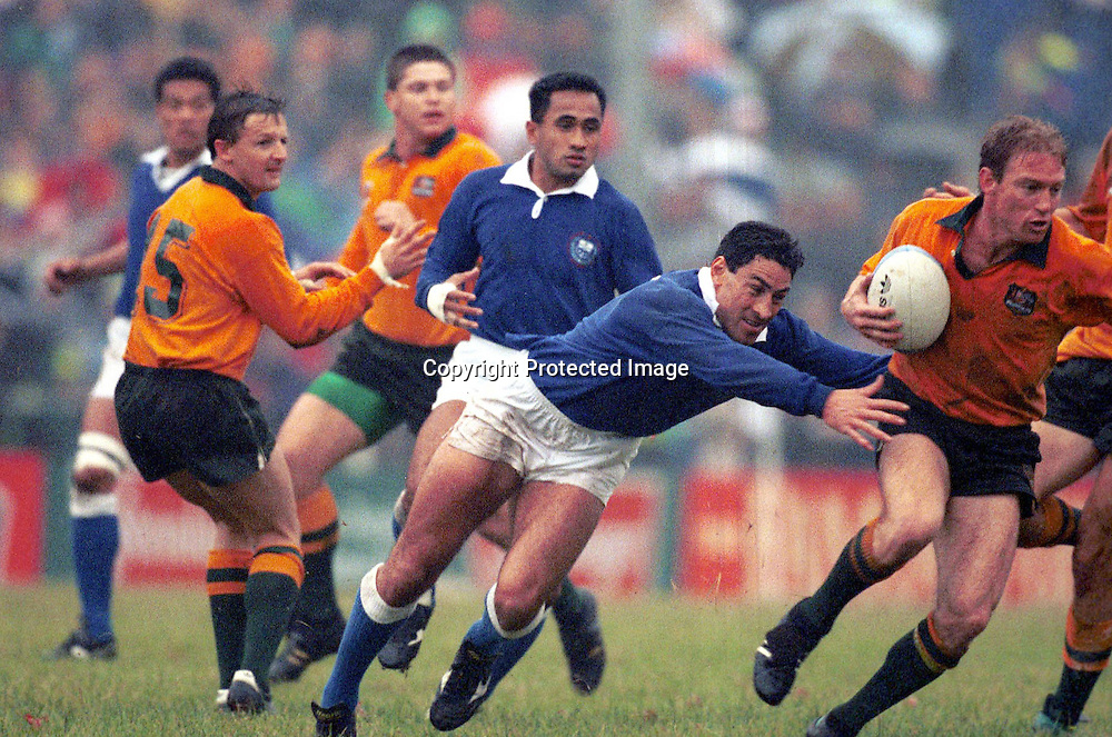 Frank Bunce (Manu Samoa) in action during the match against Wales at the Rugby World Cup, Cardiff Arms Park, Cardiff in 1991. Photo: Andrew Cornaga/PHOTOSPORT