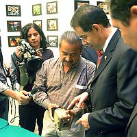 Toluca, Méx.- Jose Martinez Vilchis, rector de la UAEM, visito la exposicion fotografica colectiva de la Asosiacion de Reporteros Graficos del Valle de Toluca (ARGVT). Agencia MVT / Hernan Vázquez E. (DIGITAL)<br /> <br /> <br /> <br /> NO ARCHIVAR - NO ARCHIVE