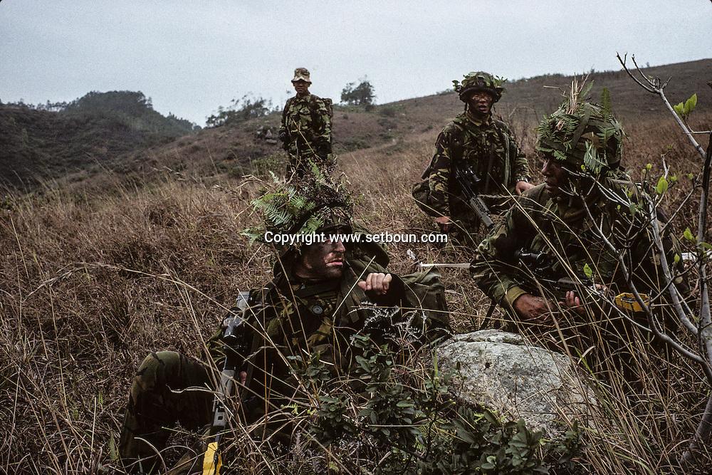 Hong Kong. last training for the Gurkhas and the Blackwatch regiment  Sharp peak    / Le bataillon écossais - Black Watch -  et les Gurkhas en entraînement sur les monts Sai Kung en plein coeur de Kowloon.  / R00057/24    L940227a  /  P0000274