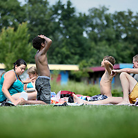 Nederland, Den Helder , 20 juli 2010..Humanitas vakantieweken voor moeilijk opvoedbare kinderen in alle kleuren en soorten..Op de foto tijdens de lunch op het gras van zwembad Schot..Summer camp for socially maladjusted children.