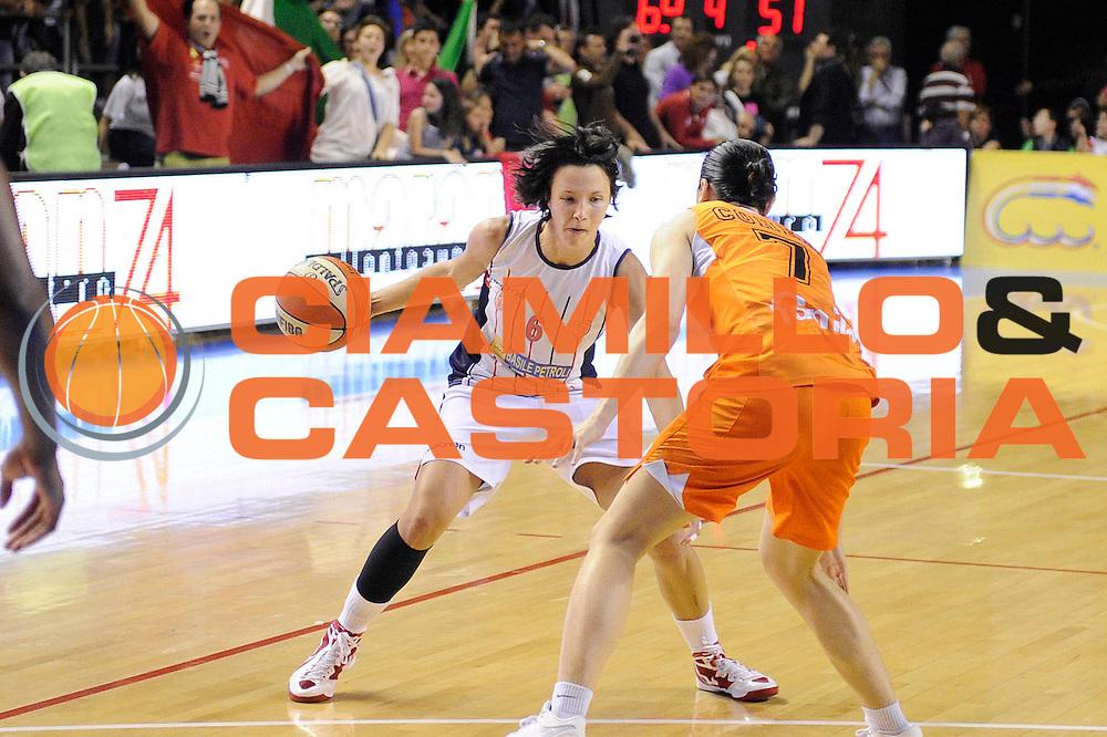 DESCRIZIONE : Schio LBF Playoff Finale Gara 3 Cras Basket Taranto Famila Wuber Schio<br /> GIOCATORE : Giorgia Sottana<br /> CATEGORIA : palleggio penetrazione<br /> SQUADRA : Cras Basket Taranto<br /> EVENTO : Campionato Lega Basket Femminile A1 2011-2012<br /> GARA : Cras Basket Taranto Famila Wuber Schio<br /> DATA : 08/05/2012<br /> SPORT : Pallacanestro <br /> AUTORE : Agenzia Ciamillo-Castoria/C.De Massis<br /> Galleria : Lega Basket Femminile 2011-2012<br /> Fotonotizia : Schio LBF Playoff Finale Gara 3 Cras Basket Taranto Famila Wuber Schio<br /> Predefinita :