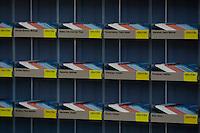 21 NOV 2005, BERLIN/GERMANY:<br /> Stimmkarten der Abgeordneten des Deutschen Bundestages - weiss fuer Enthaltung, rot fuer Nein und blau fuer Ja - in den dafuer vorgesehenen Faechern in der Lobby des Deutschen Bundestages<br /> IMAGE: 20051121-01-001<br /> KEYWORDS: Fächer, Abstimmung, Karte, Stimmkarte