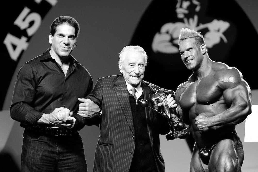Joe Weider on stage with Lou Ferrigno as Jay Cutler takes the title as the 2010 Mr. Olympia.