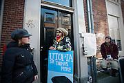 Studenten hebben een gebouw van de Universiteit Utrecht aan de Drift in Utrecht bezet. Met de actie willen de studenten duidelijk maken dat ze tegen de bezuinigingen in het onderwijs zijn. Later op de dag volgt een manifestatie op de Neude, waarna in het bezette gebouw debatten en dergelijke worden gehouden.<br /> <br /> A student is stopped at the entrance of a building of the Utrecht University. Students have occupied a building of the Utrecht University to protest against the cuts in the higher education. During the day there was also a small demonstration in the center of Utrecht.