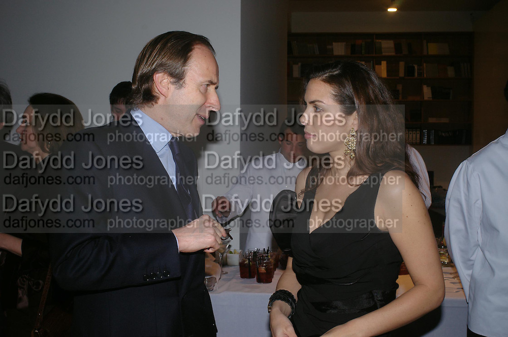 Simon de Pury and Jessica de Rothschild. Almeida 25th Anniversay Gala. Gagosian Gallery, Brittania St. Kings Cross. London. 27 January 2005. ONE TIME USE ONLY - DO NOT ARCHIVE  © Copyright Photograph by Dafydd Jones 66 Stockwell Park Rd. London SW9 0DA Tel 020 7733 0108 www.dafjones.com