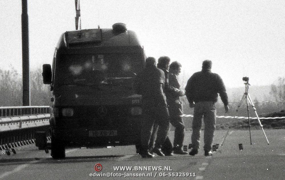 NLD/Almere/1988 - Poging overval geldwagen A6 bij Almere waarbij met zware wapens diverse schoten zijn gelost op de wagen, slechte kwaliteit