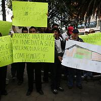"""Toluca, Mex.- Comerciantes muestran un pagare donde avalan su lugar dentro del """"mercado Juarez"""", en la manifestacion que se realizo por las calles del primer cuadro de la ciudad exigiendo al ayuntamiento, se respeten sus derechos y se les de un lugar digno dentro del nuevo mercado. Agencia MVT / Javier Rodriguez. (DIGITAL)<br /> <br /> <br /> <br /> NO ARCHIVAR - NO ARCHIVE"""