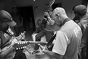 Festa de Reis &Eacute; muito popular entre os veredeiros<br /> Come&ccedil;a dia 29 de dezembro quando sai a folia de Reis ,nos primeiros dias de janeiro tem visita e reza e cantorias nas casas da comunidade e dia 5 de Janeiro tem a festa na casa do imperador que &eacute; quem patrocina a festa que vai at&eacute; o dia 6 de Janeiro. Oferendas s&atilde;o feitas e quem as recebe &eacute; o Alferes.<br /> <br /> Os Veredeiros habitam os territ&oacute;rios ao longo dos cursos d&rsquo;&aacute;gua de forma dispersa. Existe, por&eacute;m, uma certa organiza&ccedil;&atilde;o e um padr&atilde;o de ocupa&ccedil;&atilde;o espacial que se constitui por unidades de agrupamento ou grupos rurais de vizinhan&ccedil;a, ligados pelo sentimento de localidade, por la&ccedil;os de parentesco, pelo trabalho e manejo da terra, por trocas e rela&ccedil;&otilde;es rec&iacute;procas. Geralmente, os nomes das localidades veredeiras s&atilde;o os mesmos dos rios que passam pelas comunidades. Nem sempre det&ecirc;m a posse da terra, sendo camponeses muitas vezes arrendat&aacute;rios. Os veredeiros entendem o trabalho como o legitimador da posse da terra, mas n&atilde;o de uma posse privada (j&aacute; que boa parte dessas terras &eacute; de uso comum). <br />  A categoria &ldquo;veredas&rdquo; frequentemente &eacute; referida a &aacute;reas &uacute;midas, de terreno argiloso e sob dom&iacute;nio de palmeiras como o buriti. Se comparada a outros A identidade veredeira est&aacute; ligada ao territ&oacute;rio, na forma de cria&ccedil;&atilde;o, plantio e extra&ccedil;&atilde;o de itens diversos e na rela&ccedil;&atilde;o equilibrada estabelecida com o ecossistema das Veredas, Cerrado e Caatinga. Os veredeiros vivem pr&oacute;ximos dos cursos d&rsquo;&aacute;gua, &aacute;reas inund&aacute;veis e das chapadas, de onde extraem, principalmente do buriti, subs&iacute;dios imprescind&iacute;veis &agrave; constitui&ccedil;&atilde;o de suas vidas.<br />  &ldquo;Os veredeiros caracterizam-se por um sistema 