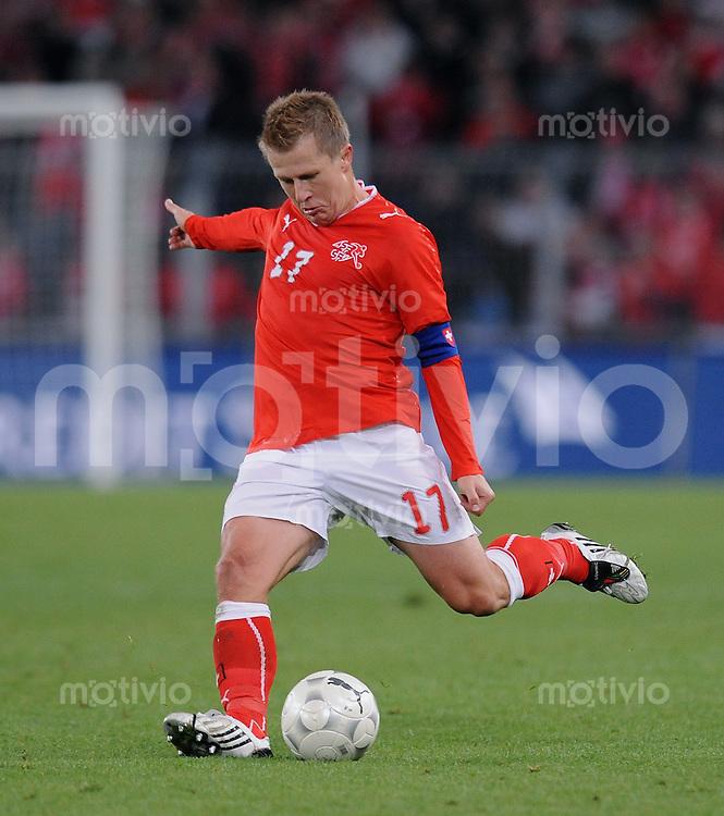 Fussball International   WM  2010  Qualifikation  Gruppe 2    14.10.2009 Schweiz - Israel Christoph Spycher  (SUI)  am Ball