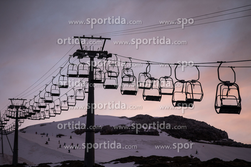 THEMENBILD - Zweiersessellift zur Gipfelstation am Mölltaler Gletscher im Morgenrot, Aufgenommen am 7. Oktober 2014 // Two chair lift to the summit station on Molltal glacier in the dawn, Pictured on October 7, 2014. EXPA Pictures © 2014, PhotoCredit: EXPA/ Johann Groder