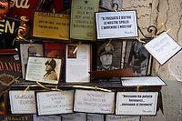 Italie, Sicile, district de Palerme, Cefalu, Souvenirs pour les nostalgiques du dictateur Mussolini // Italy, Sicily, Palermo district, Cefalu, souvenir shop for Mussolini nostalgic...