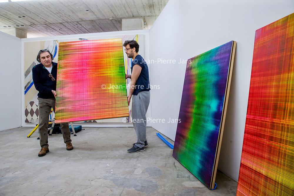 Nederland, Amsterdam, 15 mei 2017.<br />Amsterdam Art Fair is dé reizende kwaliteitsbeurs van hedendaagse kunst in Nederland voor liefhebber en verzamelaar. Na het succes van de eerste editie in de voormalige Citroëngarage (2015) en de tweede editie op het Museumplein (2016), opent Amsterdam Art Fair dit keer haar deuren in de Huidekoperstraat, om de hoek van De Nederlandsche Bank.<br /><br />Vanaf 17 mei nemen 50 van de beste galeries van Nederland hun intrek in deze tijdelijke locatie, voor de gelegenheid omgedoopt tot Kunsthal Koper, om 5 dagen lang de nieuwste werken te tonen van de meest spraakmakende kunstenaars van dit moment.<br />Op de foto: de stand van gallerie C&H gallery Amsterdam wordt ingericht<br /><br /><br /><br />Foto: Jean-Pierre Jans