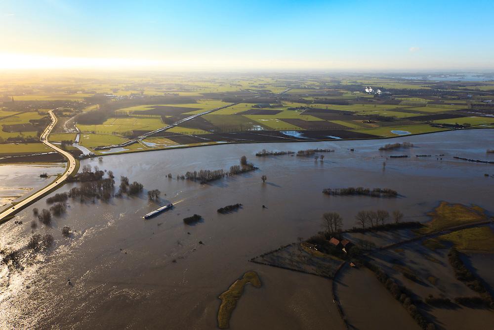 Nederland, Overijssel, Brummen, 20-01-2011;.De IJssel gezien naar het Oosten  (Vorden aan de horizon).N314 Den Elterweg, naar Zutphen (links). De uiterwaarden zijn overstroomd. De buitendijkse boerderijen zijn moeilijk bereikbaar..The high water of the river IJssel.  The land outside the dikes and flood plains are flooded. The outer dike farms are difficult to reach. luchtfoto (toeslag), aerial photo (additional fee required).copyright foto/photo Siebe Swart