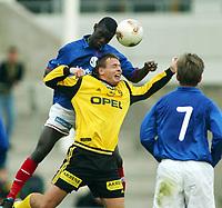 Fotball, 7. april 2002, Treningskamp Lillestrøm v Vålerenga 1-0. Pa-Madou Kah, Vålerenga, vinner en duell mot Arild Sundgot, Lillestrøm.