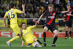 17.03.2011, El Madrigal, Villarreal, ESP, UEFA EL, FC Villarreal vs Bayer 04 Leverkusen, im Bild Villareal's Mario Gaspar Perez (c) and Jose Manuel Catala (l) and Bayer 04 Leverkusen's Lars Bender during UEFA Europa League match.March 17,2011. . EXPA Pictures © 2011, PhotoCredit: EXPA/ Alterphotos/ Acero +++++ ATTENTION - OUT OF SPAIN / ESP +++++