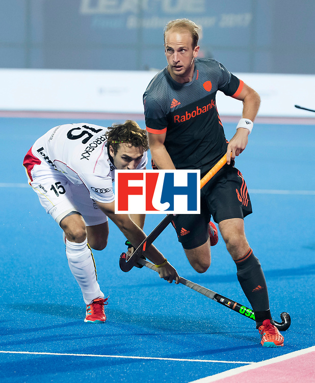 BHUBANESWAR - Billy Bakker (Ned) in duel met Manu Stockbroekx (Bel)  tijdens de Hockey World League Final wedstrijd Belgie-Nederland (3-0).   COPYRIGHT KOEN SUYK