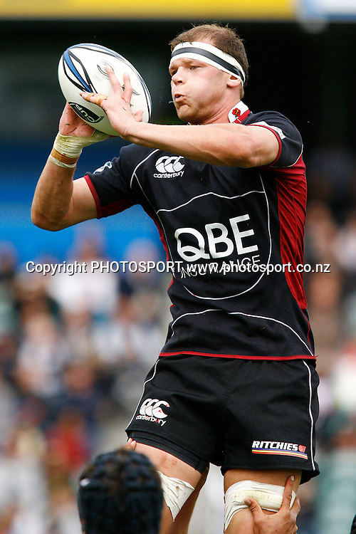 North Harbour's Captain Chris Smith controls a lineout ball. Air NZ Cup Rugby Union Match. North Harbour v Hawkes Bay. North Harbour Stadium, Albany, Auckland, New Zealand. Saturday 12th September 2009. Photo: Anthony Au-Yeung/PHOTOSPORT